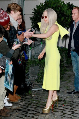 Lady+Gaga+lemon+yellow+Lady+Gaga+greets+fans+bwuQhxjE-3wl